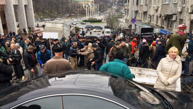 Сторонники Саакашвили пытаются разбирать брусчатку