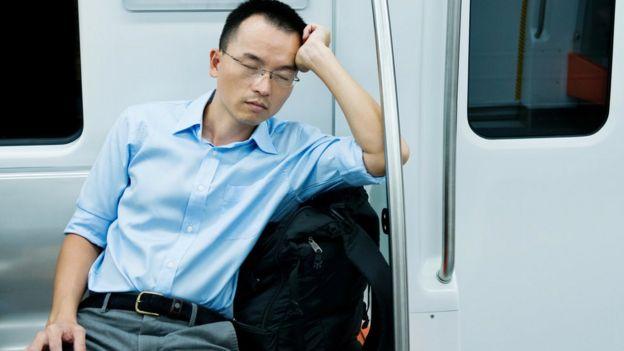 Trabajador durmiendo.