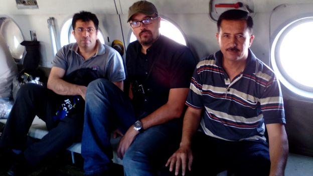 Mirza Dinnayi com outros dois médicos