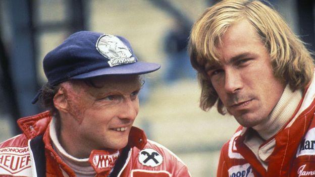 Niki Lauda conversando con James Hunt.