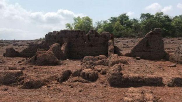 पानी घटने के बाद दिखता गांव का खंडहर