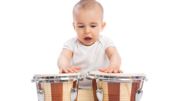 Criança batendo no tambor