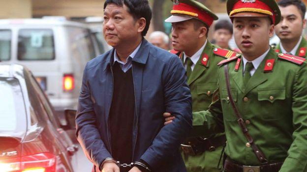 Có ý kiến nói không nhất thiết phải còng tay những bị cáo như ông Đinh La Thăng