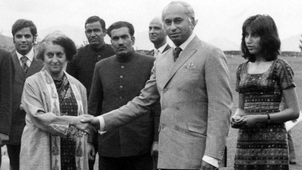 انڈیا کی اس وقت کی وزیر اعظم اندرا گاندھی کے ساتھ ذوالفقار علی بھٹو