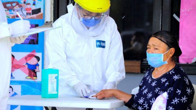 Una enfermera verifica los síntomas de una mujer en México