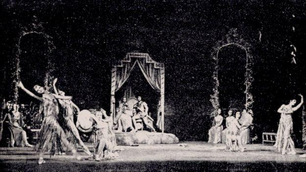 صحنهای از باله بیژن و منیژه. موسیقی: حسین دهلوی، تهران، تالار بزرگ رودکی، ۱۳۵۴ (عکس: نشریه انجمن ژونِس موزیکال ایران)