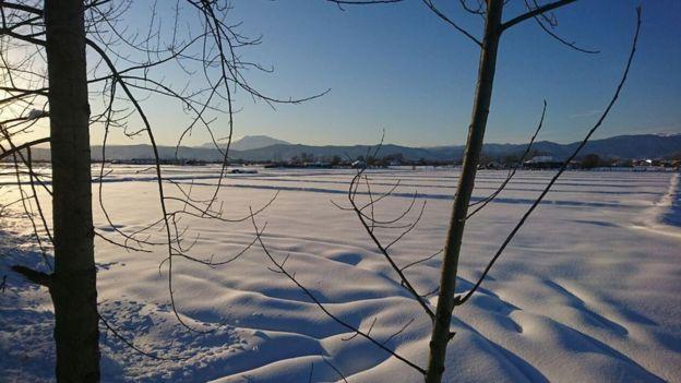 در عکس و ویدئوهایی که بعضی از ساکنین این مناطق برای بیبیسی فارسی فرستادهاند، جادههای پوشیده از برف قابل تشخیص نیستند.