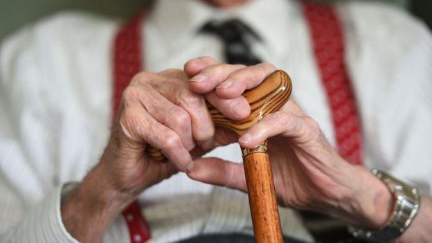 Рука чоловіка у віці