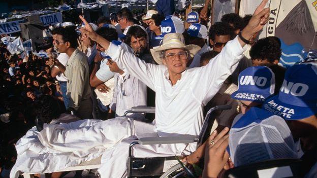 Doña Violeta Barrios de Chamorro en plena campaña electoral en 1990.