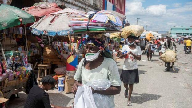 Personas en un mercado de Haití