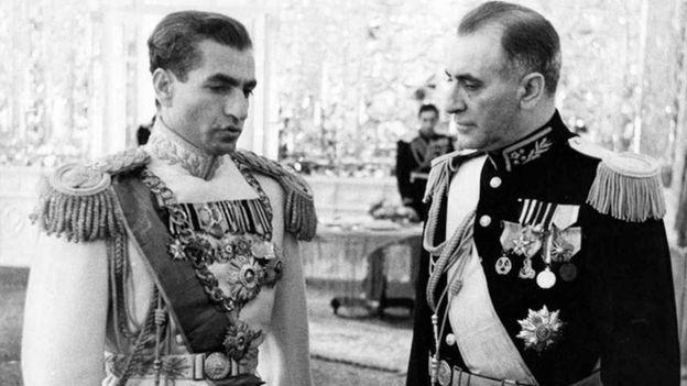 محمد رضا شاه پهلوی در کنار سرلشکر زاهدی که جای محمد مصدق را گرفت و خود مدتی بعد کنار گذاشته شد