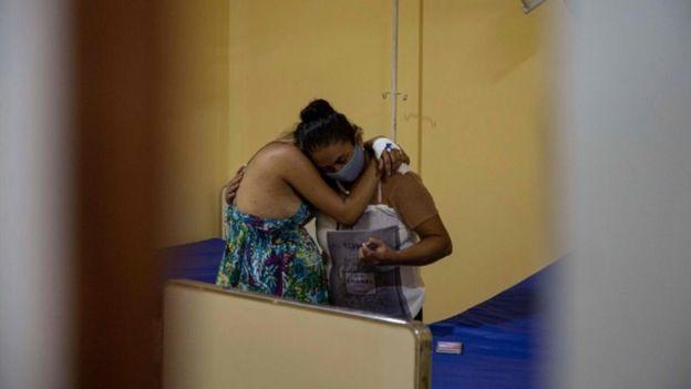 Mulheres se abraçam em hospital no interio do Pará