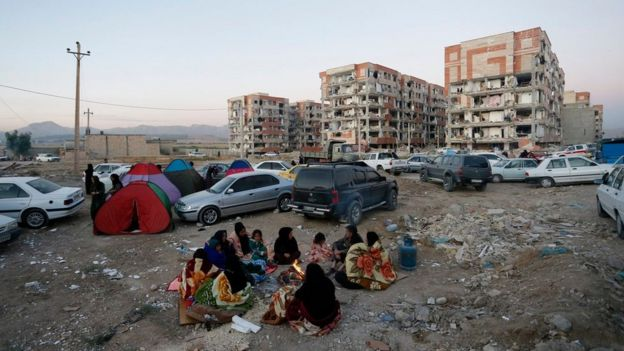 Iraníes arman campamentos afuera de edificios dañados por el terremoto, en la provincia de Kermanshah.
