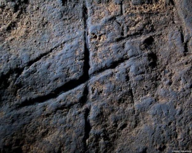 ร่องรอยแกะสลักผนังถ้ำเป็นเครื่องหมายคล้ายแฮชแท็ก (#) พบที่ถ้ำ Gorham's Cave ในยิบรอลตาร์ เมื่อปี 2014