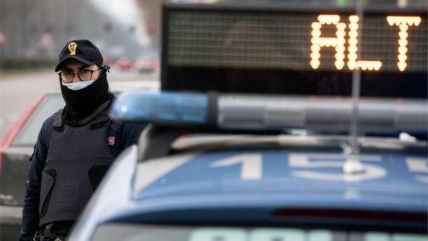 Policía controlando en Italia