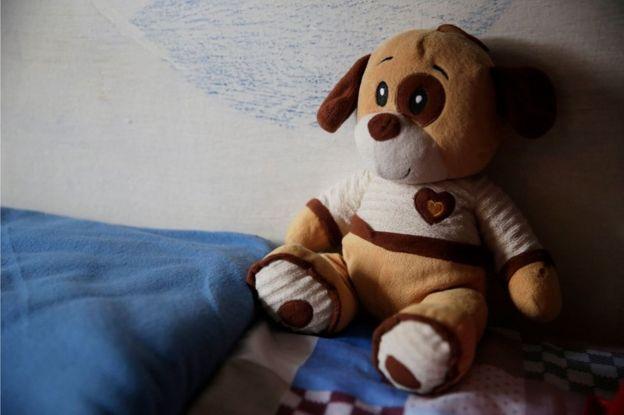 Un muñeco peluche en una cama en Punta de Rieles
