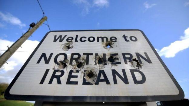 爱尔兰与北爱尔兰之间的一个路标,上面写着:欢迎进入北爱尔兰。
