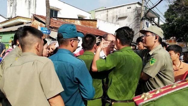Lực lượng công an dân phòng bên ngoài Trung tâm bồi dưỡng Chính trị Quận 2 nơi diễn ra buổi tiếp dân hôm 18/10