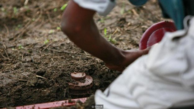 Tại các nước nghèo, việc gỡ mìn thường được thực hiện bằng phương pháp thủ công