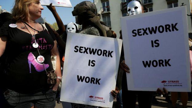 لافتة تقول الاشتغال بالجنس عمل بحد ذاته
