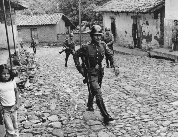 Militares patrullan un pueblo del norte de El Salvador en 1979.