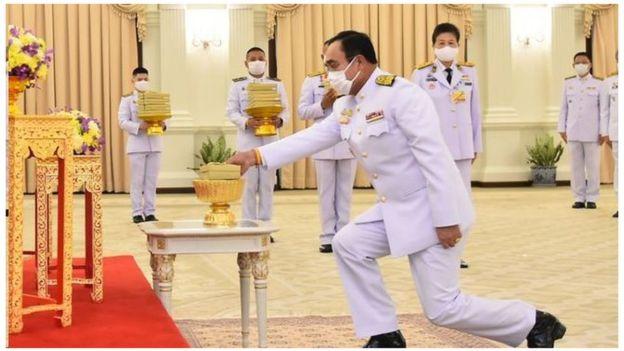 พล.อ.ประยุทธ์ จันทร์โอชา นายกรัฐมนตรี รับพระราชทานหน้ากากผ้าฝีพระหัตถ์