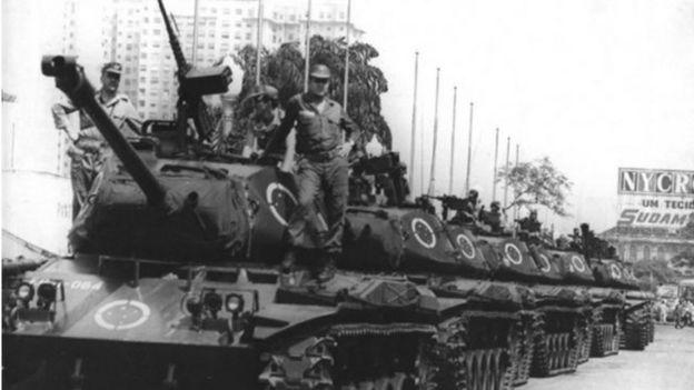 Tanques ocupam avenida no Rio de Janeiro em 1968