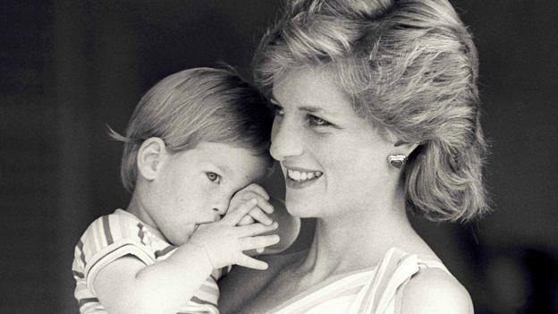 Harry junto a su madre cuando era bebé en 1988