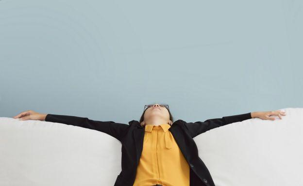 นักธุรกิจหญิงนอนหมดแรงในชุดเสื้อเหลืองกับสูทสีดำ