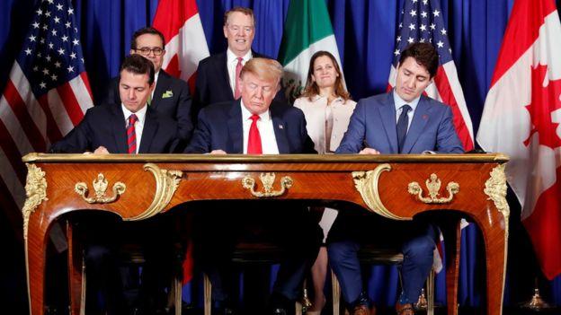 انریکه پنا نیهتو (چپ) دونالد ترامپ (وسط) و جاستین ترودو، رهبران مکزیک، آمریکا و کانادا نوامبر گذشته توافق اولیه را امضا کردند