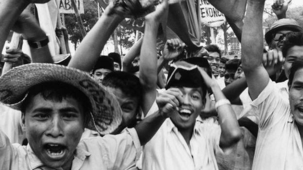 Mahasiswa Muslim di Jakarta menuntut pembubaran PKI pada bulan October 1965.