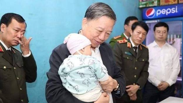 Ông Tô Lâm, Bộ trưởng Công an Việt Nam, tới thăm một gia đình cảnh sát thiệt mạng trong vụ Đồng Tâm