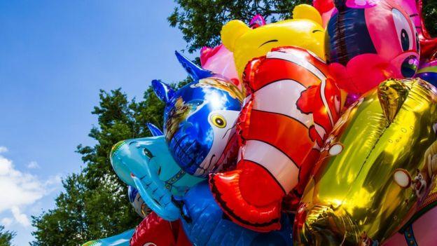 Las opiniones sobre si debería prohibirse utilizar helio para inflar globos están divididas.