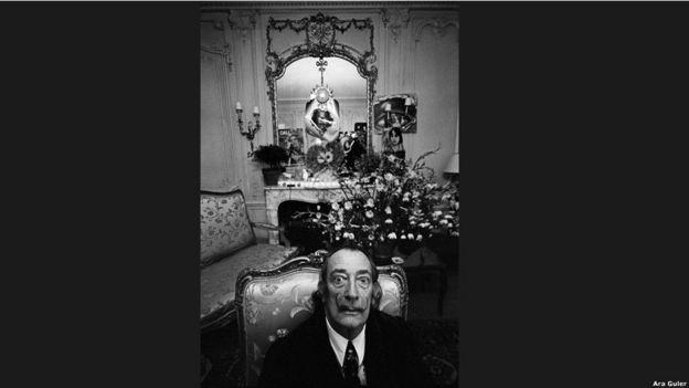 """""""Salvador Dali gerçeküstü bir hava yaratıyordu. Poz vermek için değildi yaptığı; günlük yaşamında da gerçeküstü öğelerin peşindeydi."""""""
