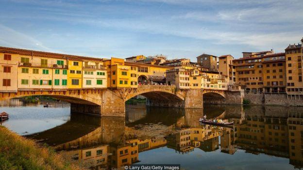 Trước khi Alessandro Manzoni hoàn thành cuốn sách của mình, ông nói ông cần phải rửa ngôn ngữ của sách ở sông Arno.