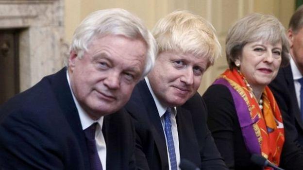 دیوید دیویس، وزیر برگزیت (چپ) ساعاتی قبل از بوریس جانسون (وسط) از کابینه ترزا می (راست) استعفا کرده بود
