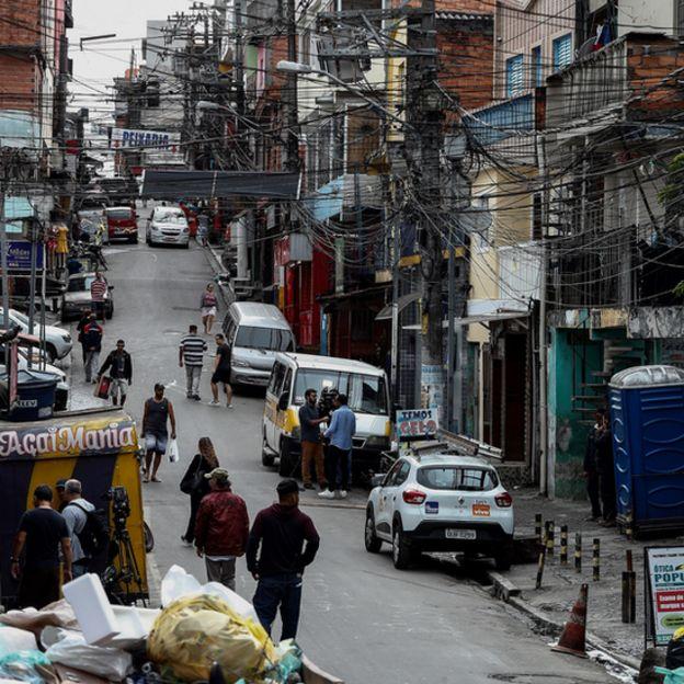 Moradores em rua de Paraisópolis