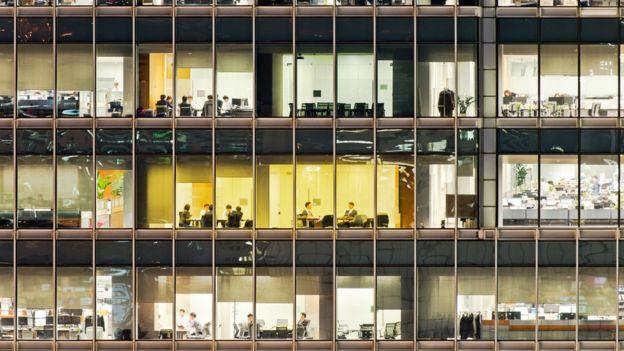 Si tienes más de 50 años, los expertos recomiendan que busques trabajo en empresas pequeñas.