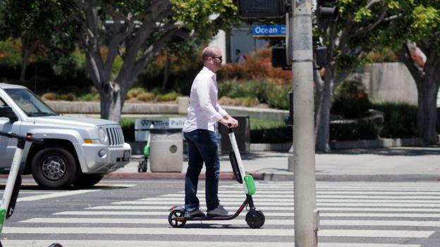 Hombre en monopatín en California.