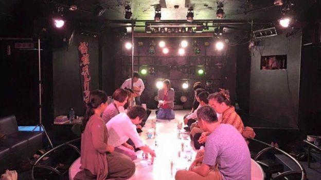 温泉街のストリップ劇場での茶会。給湯流茶道では、かつて繁栄したが今は廃れてしまったノスタルジックな場所を開催地として選ぶことが多い