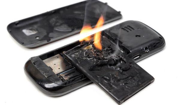 Celular com a bateria queimada e em chamas