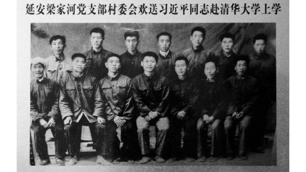 10月25日,中国共产党第十九届中央委员会第一次全体会议在北京举行。习近平当选为中央委员会总书记。图为陕西延安梁家河村民1975年10月8日送习近平(前排中)赴清华大学时拍摄的合影。