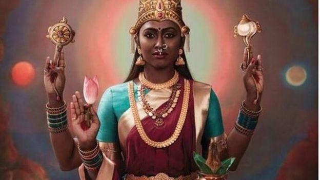Suruthi Periyasamy posando como la diosa Lakshmi