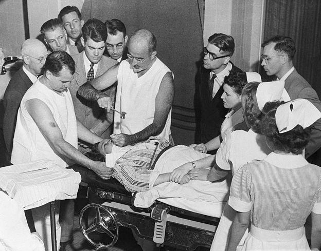 Walter Freeman realiza uma lobotomia com um instrumento que se assemelha a um picador de gelo, que ele inventou para o procedimento