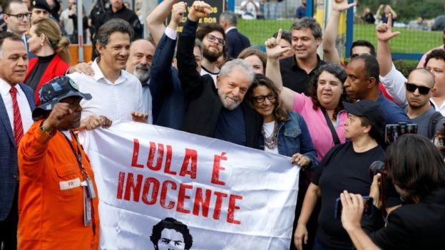 Al salir de prisión, Lula fue recibido por dirigentes y militantes de su partido que se habían congregado para recibirle.