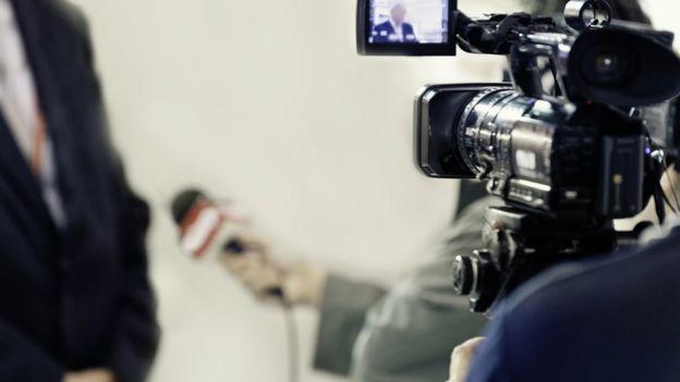 Câmera, repórter e entrevistado a postos (mas sem rostos identificados)