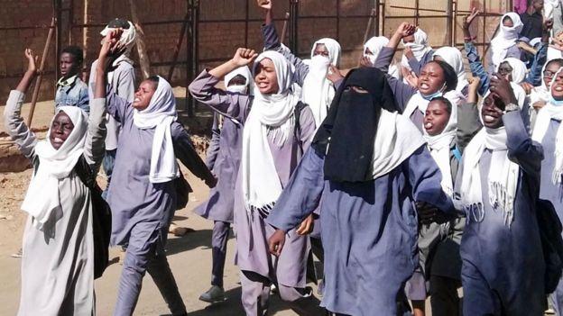 Sudan'da protesto eden kız öğrenciler - Ocak 2019