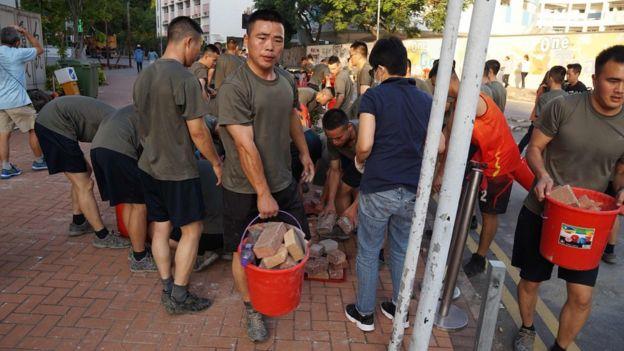 Quân đồn trú của Quân đội Giải phóng Nhân dân đột nhiên xuất hiện dọn dẹp đường phố Hong Kong hôm thứ Bảy