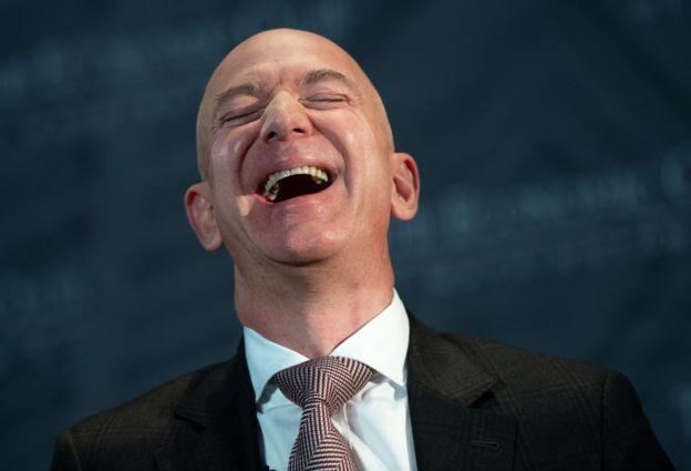 جف بزوس، موسس و مدیر عامل شرکت آمازون کماکان لقب ثروتمندترین فرد در جهان را یدک میکشد