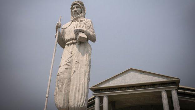 Une statue de Pierre Savorgnan de Brazza, fondateur de Brazzaville, devant le Mémorial Pierre Savorgnan de Brazza à Brazzaville.
